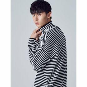 [에잇세컨즈] 블랙 스트라이프 루즈핏 스웨터 (268X51WY25)